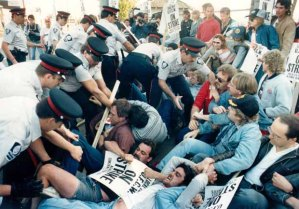 Police assist strikebreakers by clearing the entrance to Gainer's, 1986